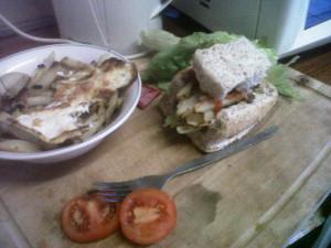 Selbstgemachter Sepathlo (Brot mit Pommes und Spiegelei)